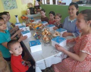 Ораза айт: Атыраудың орталық мешіті 1400 балаға айттық үлестірді (+ ВИДЕО)