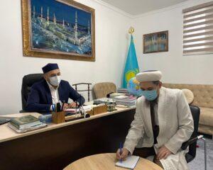 Алтынбек Ұтысханұлы Дамбы мешітінің имамын қабылдады