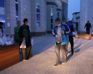 Атырау: облыс бойынша бір күнде 1000 ауызашар қоржыны таратылды (+ФОТО)