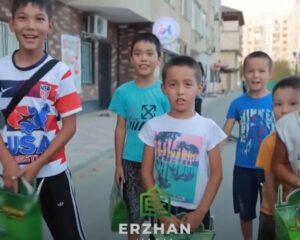 Атырау: Сұлтан Бейбарыс мешіті 400 балаға тәттілер сыйлады (+ ВИДЕО)